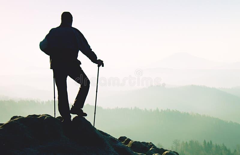 Touriste avec des poteaux ? disposition Sommet rocheux de paysage ensoleill? de ressort photographie stock
