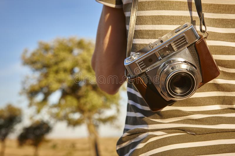 Touriste avec l'appareil-photo de vintage dans la campagne Backgroun de voyage photographie stock