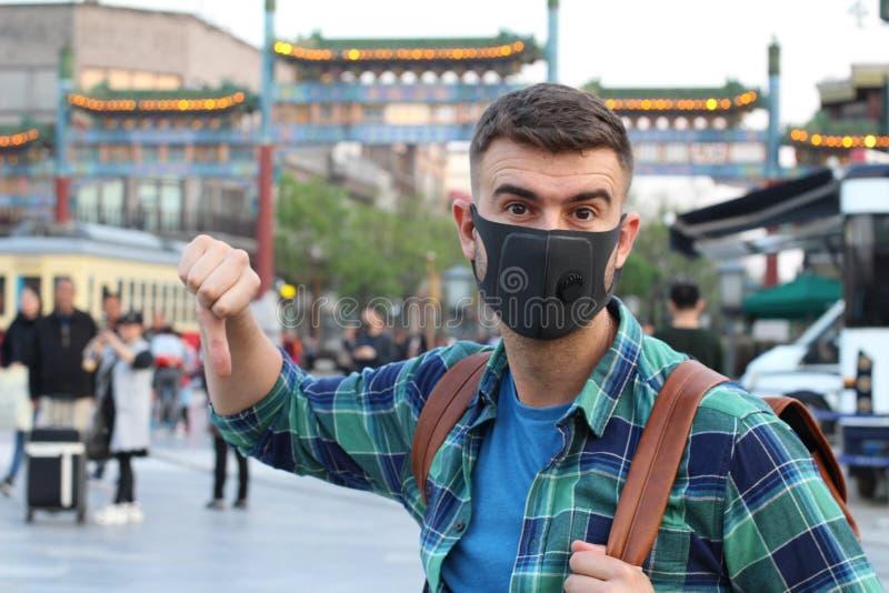 Touriste caucasien employant le masque de pollution en Asie photographie stock libre de droits