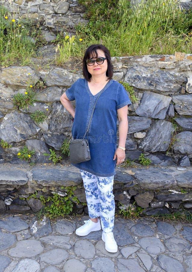 Touriste coréenne profitant du chemin de pierre de Manarola, la deuxième plus petite des célèbres villes des Cinque Terre, Italie photographie stock