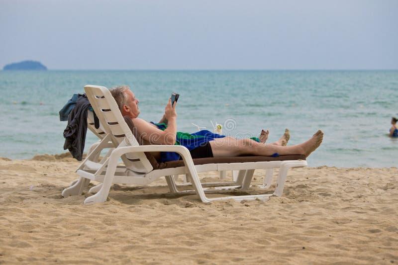Touriste détendant sur un lit pliant le beack images stock