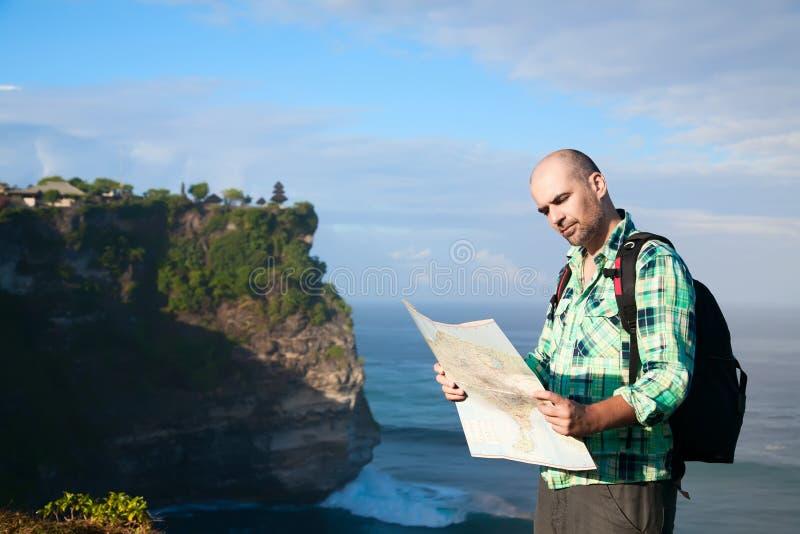 Touriste d'homme avec la carte photos libres de droits