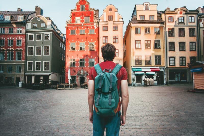 Touriste d'homme marchant dans le voyage de Stockholm visitant le pays photographie stock libre de droits