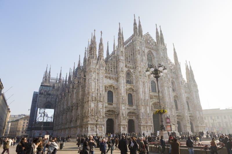Touriste dans la place de dôme devant le dôme de Milan photographie stock