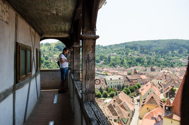 Touriste dans la tour d'horloge dans Sighisoara, Roumanie photographie stock libre de droits
