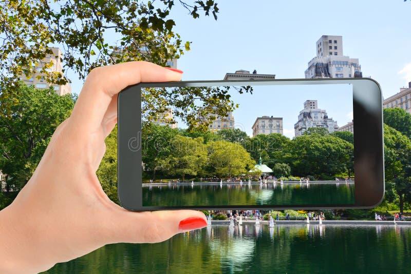 Touriste dans le Central Park de New York prenant un tir au beau paysage images libres de droits