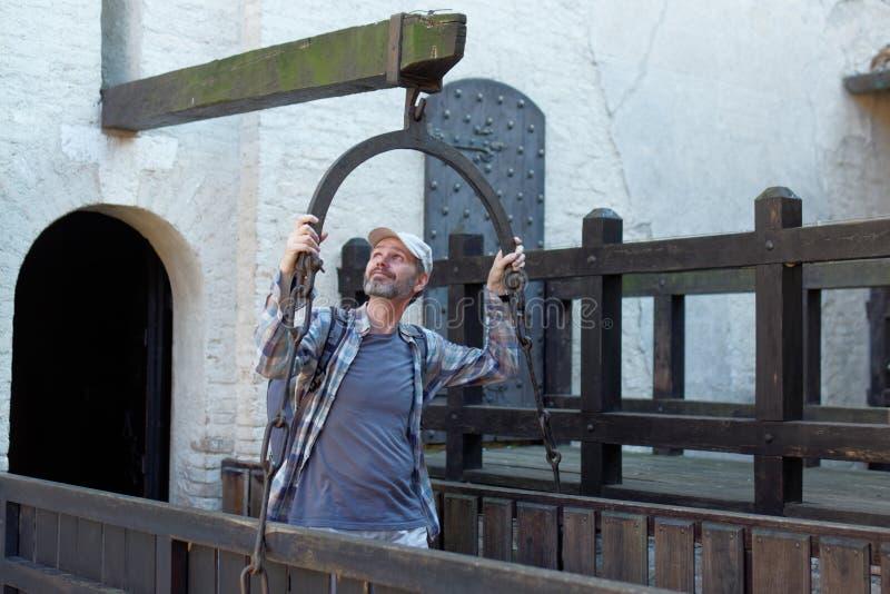 Touriste dans le château de Gradara photographie stock libre de droits