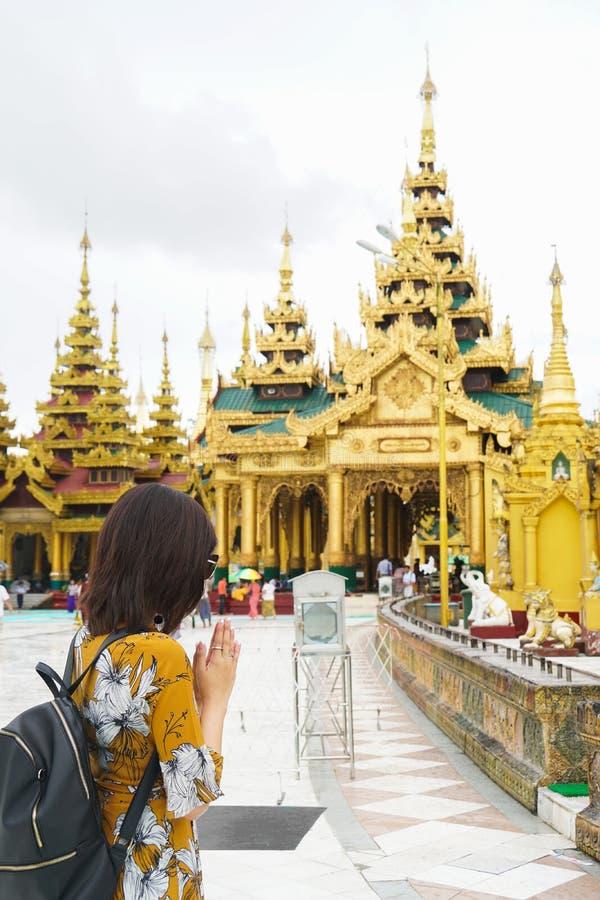 Touriste de dame de femme prier au temple de pagoda de shwedagon, Myanmar photo libre de droits