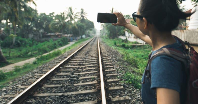 Touriste de femme à l'aide du téléphone portable prenant la photo photo stock
