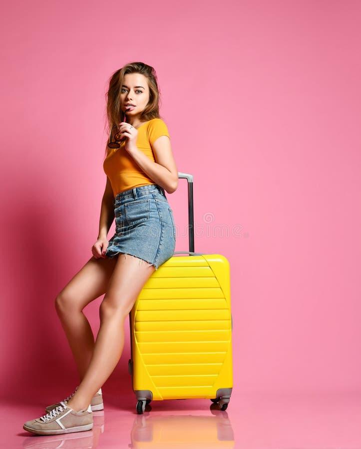 Touriste de femme avec la valise de voyage sur le fond d'été photo libre de droits