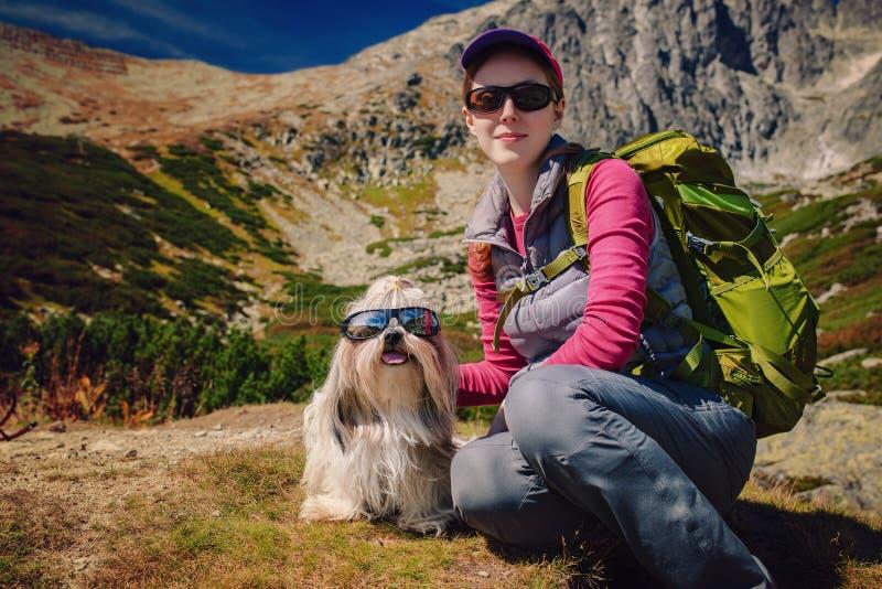 Touriste de femme avec le chien images stock