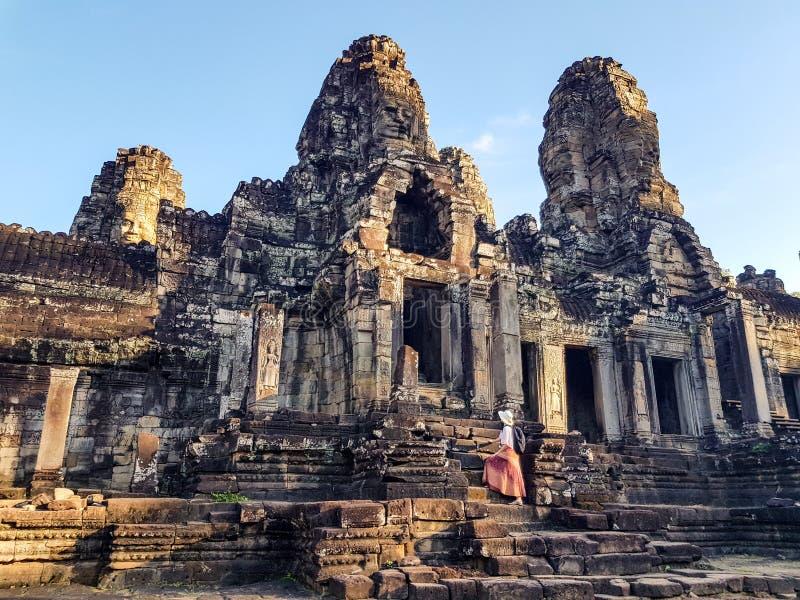 Touriste de femme dans le temple de Bayon dans Angkor Vat image stock