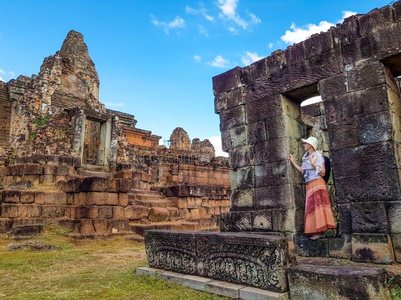 Touriste de femme dans pré le temple de Rup images stock