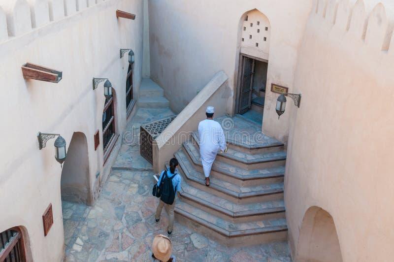 Touriste de fort de Nizwa dans la cour, Oman photographie stock libre de droits