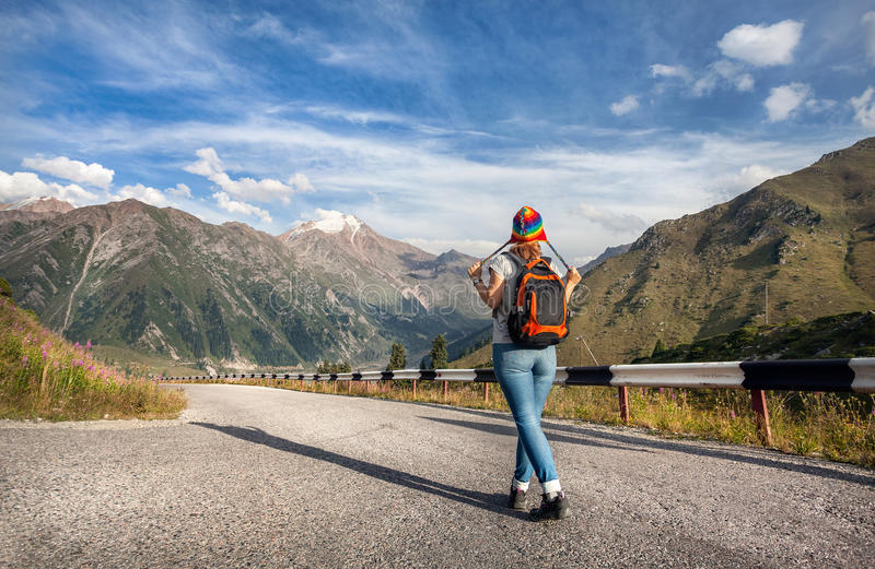 Touriste de jeune femme dans les montagnes images libres de droits