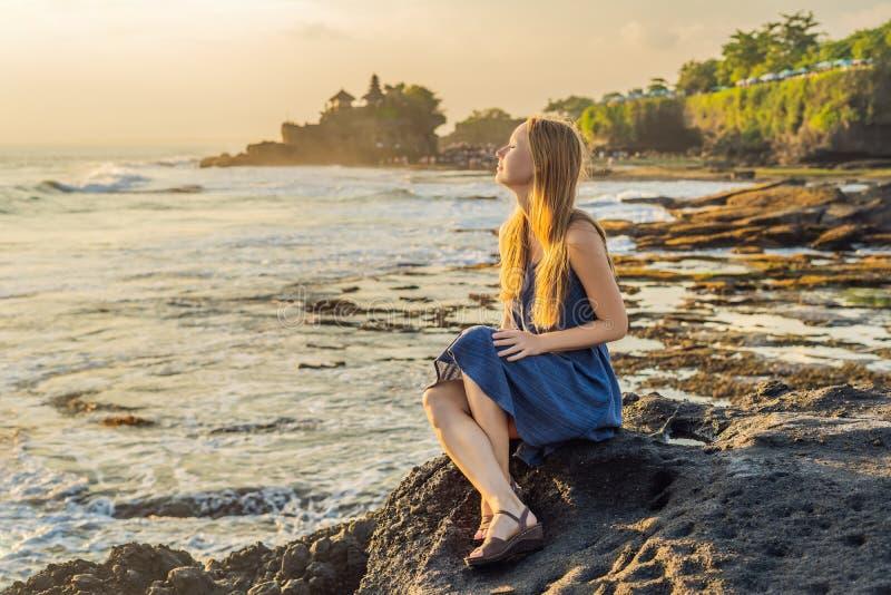 Touriste de jeune femme sur le fond du sort de Tanah - temple dans t images stock