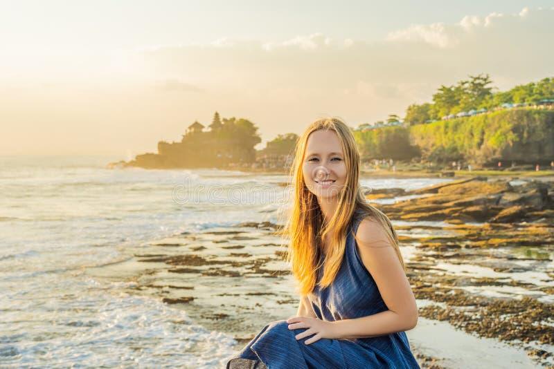 Touriste de jeune femme sur le fond du sort de Tanah - temple dans t photographie stock