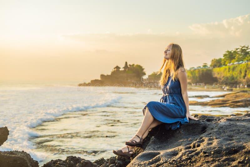Touriste de jeune femme sur le fond du sort de Tanah - temple dans t photos stock
