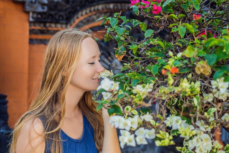 Touriste de jeune femme sur le fond du sort de Tanah - temple dans t photo libre de droits