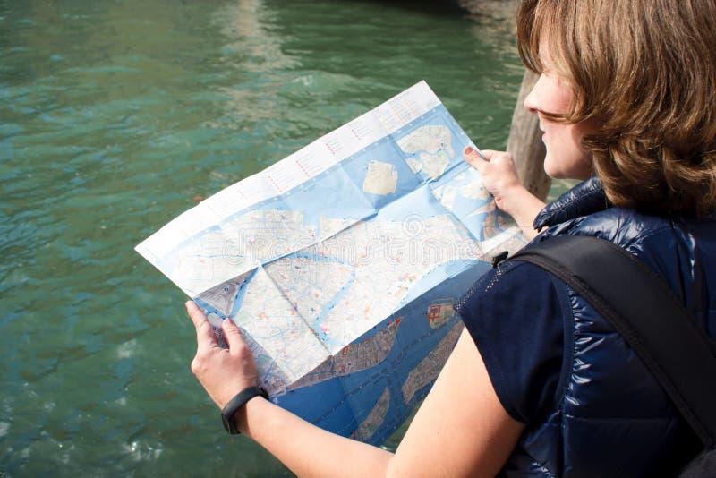 Touriste de jeune femme tenant une carte de papier de Venise images libres de droits