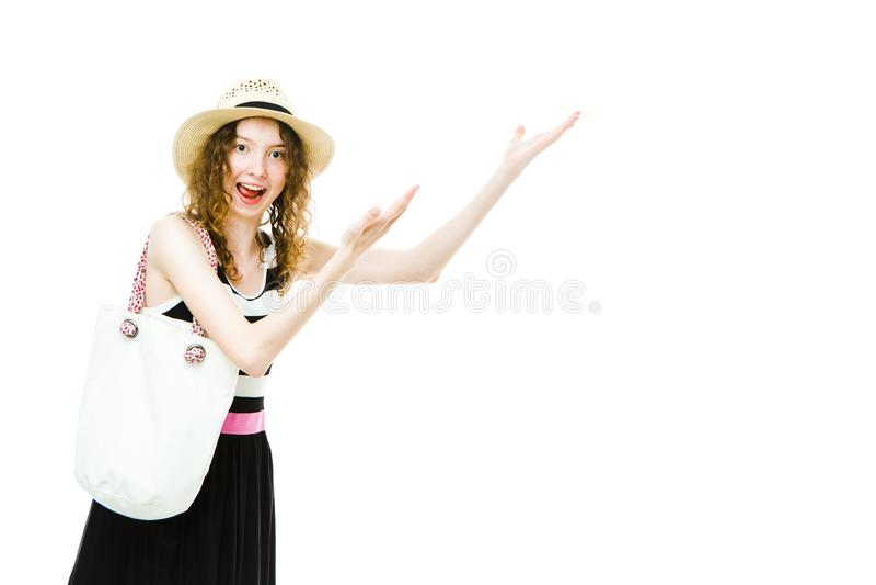 Touriste de jeune fille dans l'?quipement d'?t? dirigeant la main sur l'espace couvrant blanc photographie stock libre de droits