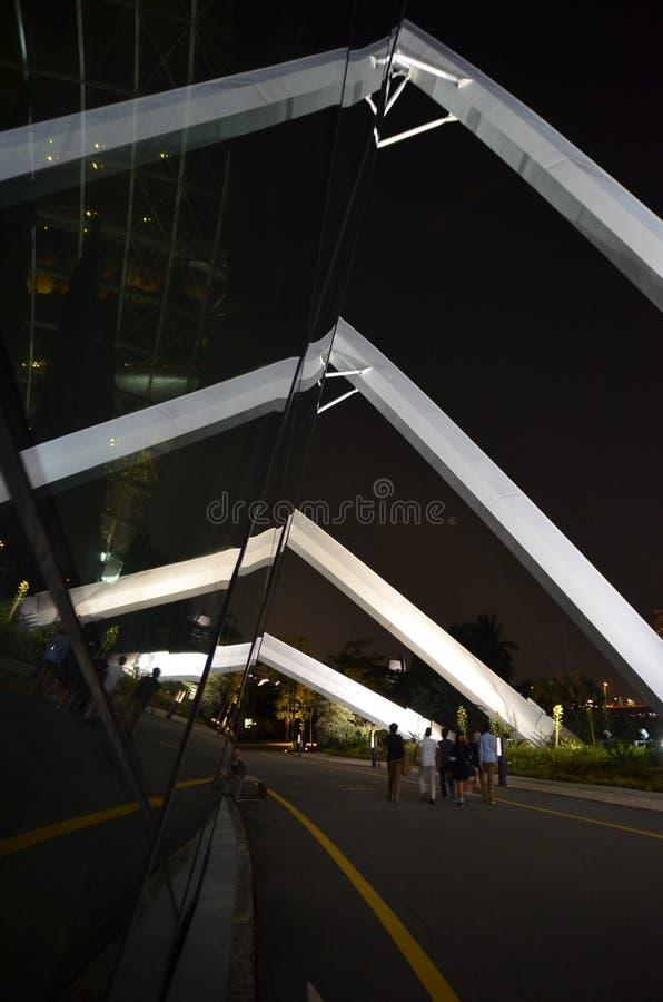 Touriste de nuit aux jardins par la baie Singapour photo libre de droits