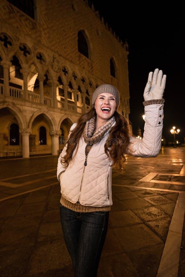 Touriste de sourire de femme handwaving à quelqu'un près du palais de Dogi photos stock