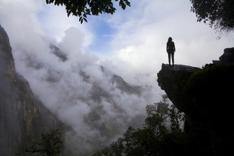 Touriste en montagnes images stock