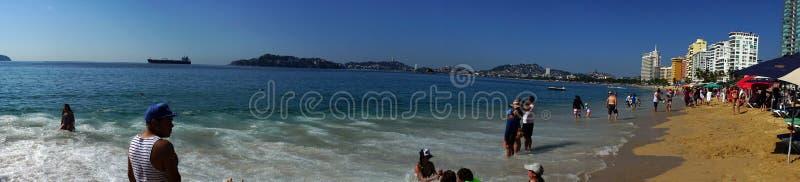 Touriste en plage d'Acapulco panoramique image libre de droits
