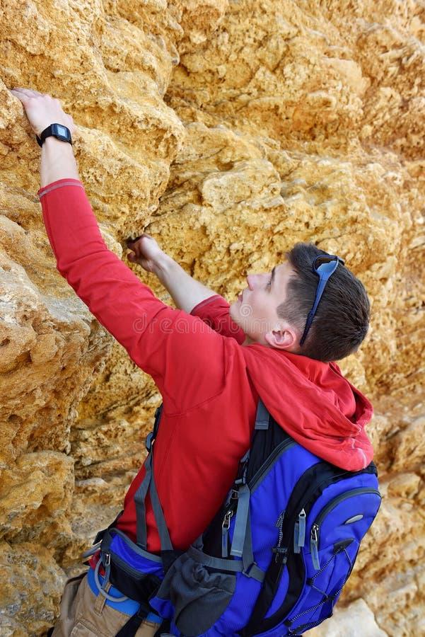 Touriste escaladant le mur extérieur photo libre de droits