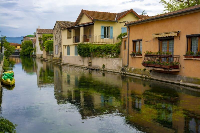 Touriste et destination de vacances, petite lIsle-sur-La-Sorgue de ville de Provencal avec de l'eau vert de rivière de Sotgue images libres de droits