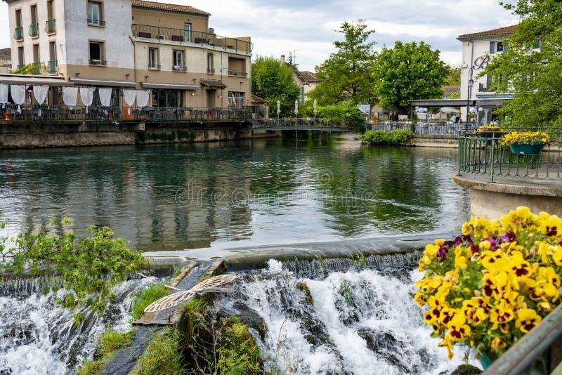 Touriste et destination de vacances, petite lIsle-sur-La-Sorgue de ville de Provencal avec de l'eau vert de rivi?re de Sotgue images stock