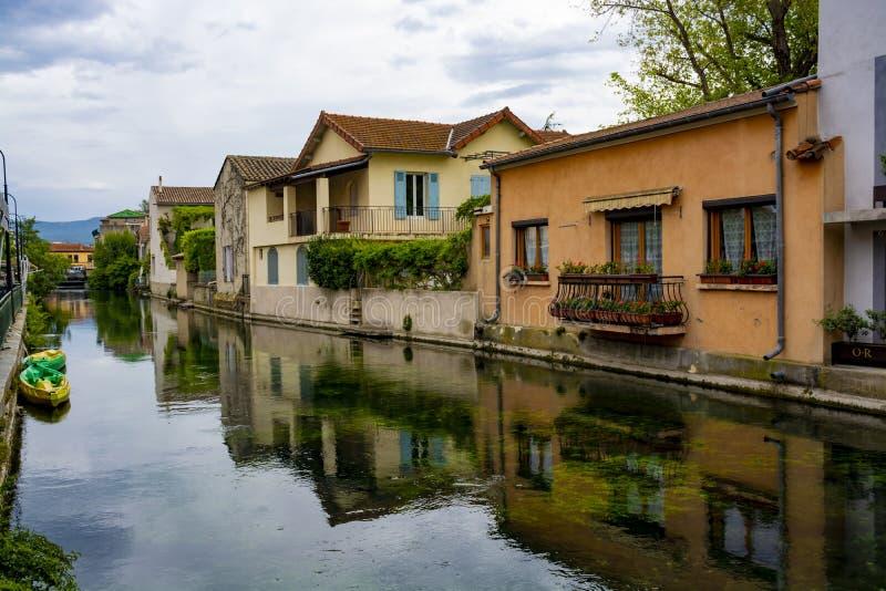 Touriste et destination de vacances, petite lIsle-sur-La-Sorgue de ville de Provencal avec de l'eau vert de rivi?re de Sotgue photos stock