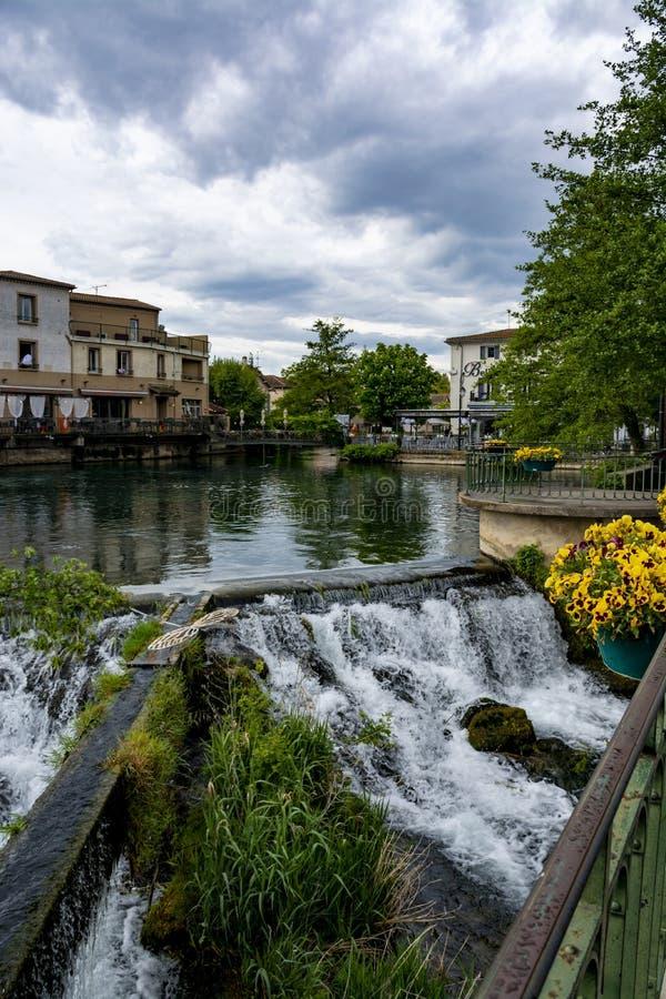 Touriste et destination de vacances, petite lIsle-sur-La-Sorgue de ville de Provencal avec de l'eau vert de rivi?re de Sotgue photo stock