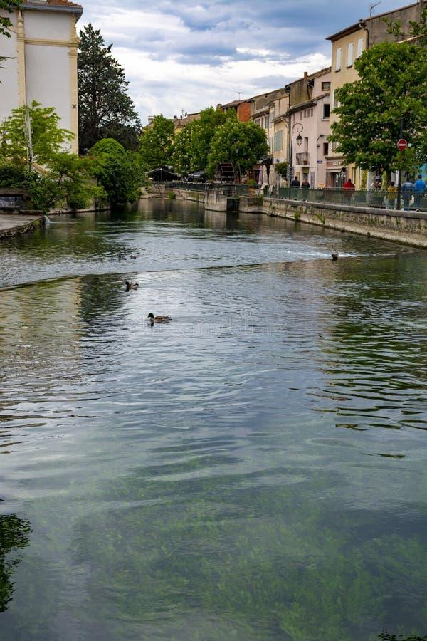 Touriste et destination de vacances, petite lIsle-sur-La-Sorgue de ville de Provencal avec de l'eau vert de rivi?re de Sotgue image libre de droits
