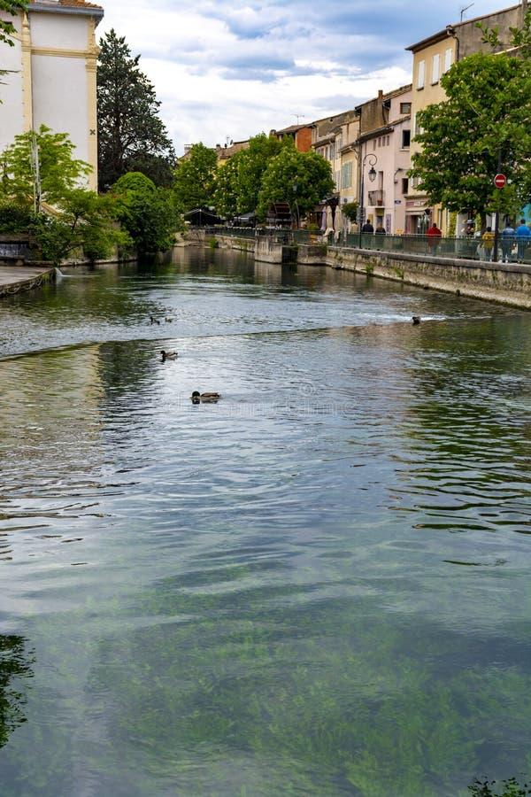 Touriste et destination de vacances, petite lIsle-sur-La-Sorgue de ville de Provencal avec de l'eau vert de rivi?re de Sotgue photo libre de droits