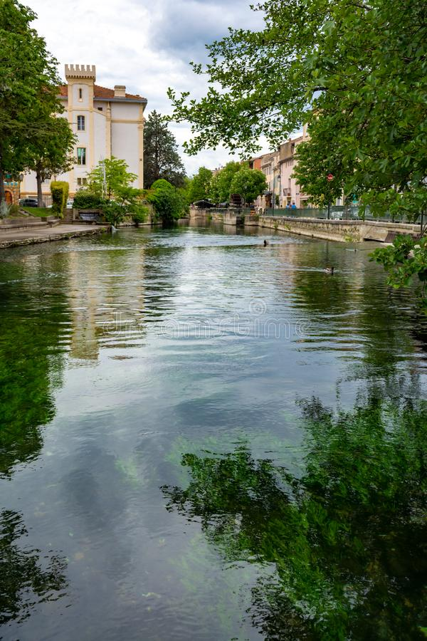 Touriste et destination de vacances, petite lIsle-sur-La-Sorgue de ville de Provencal avec de l'eau vert de rivi?re de Sotgue image stock