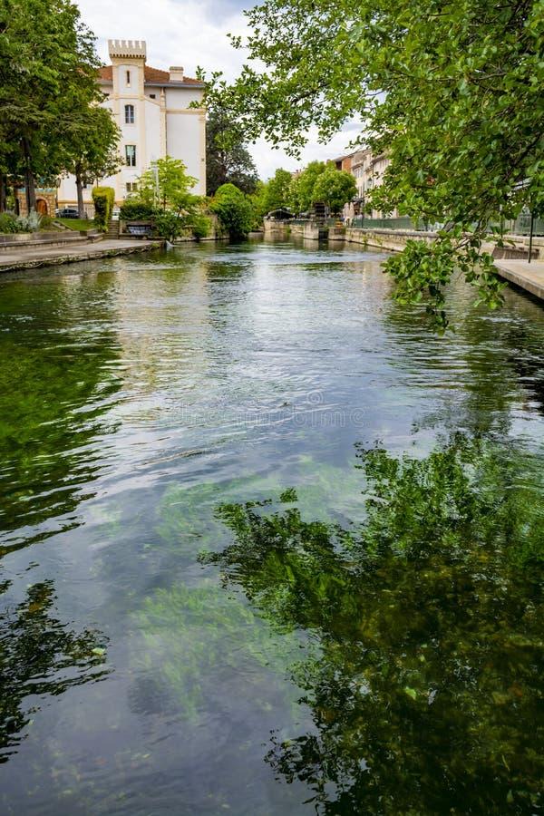 Touriste et destination de vacances, petite lIsle-sur-La-Sorgue de ville de Provencal avec de l'eau vert de rivi?re de Sotgue photographie stock