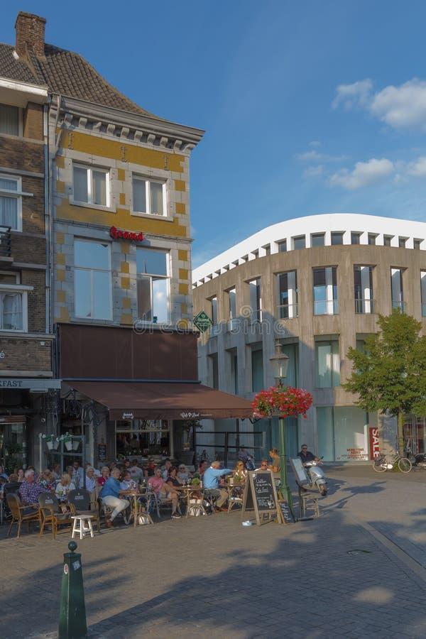 Touriste et gens du pays appréciant un dîner à un terrrace une soirée chaude d'été à Maastricht du centre un mode de vie typique  photographie stock