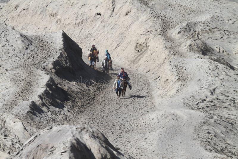 Touriste et un cheval d'équitation de villageois au bâti Bromo photos stock