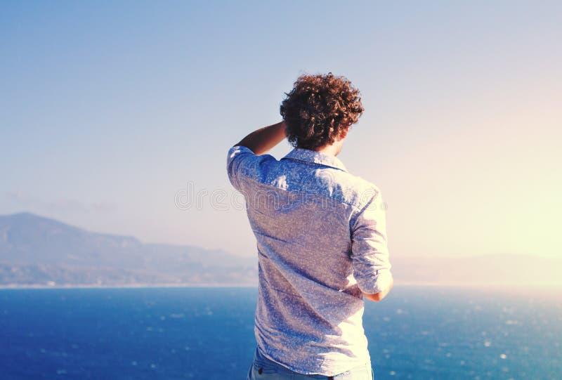 Touriste examinant la distance sur la mer photographie stock libre de droits