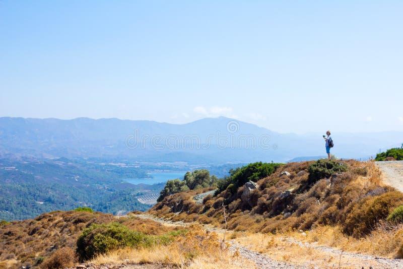 Touriste explorant le beau paysage photo stock