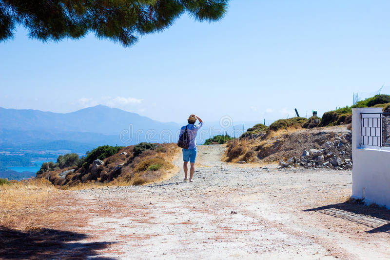 Touriste explorant le beau paysage image stock