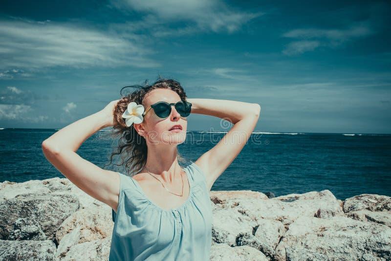 Touriste féminin appréciant le jour ensoleillé sur la plage Concept de protection du soleil de soins de la peau La fille seul app photos stock