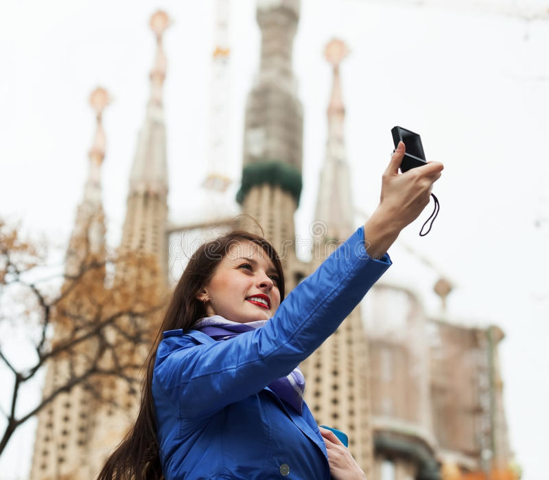 Touriste féminin avec la photographie d'appareil photo numérique photo stock