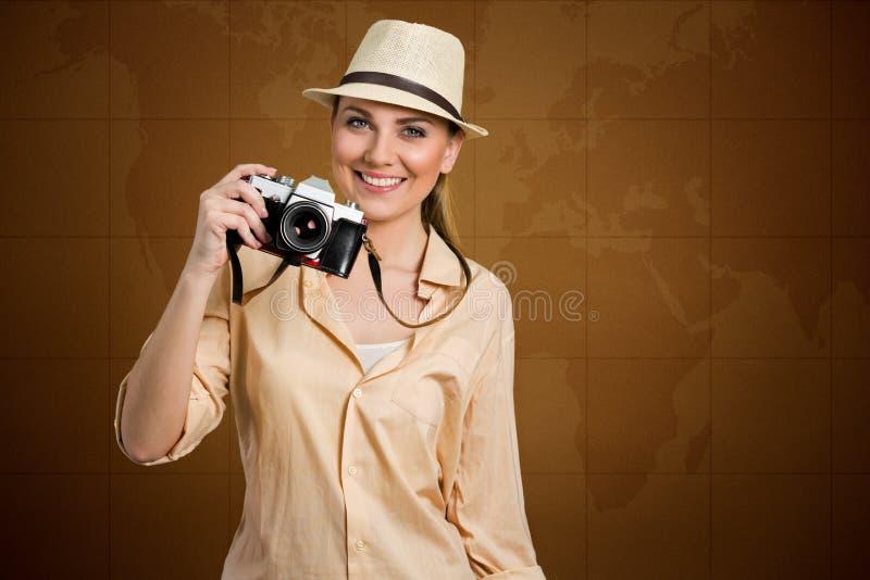 Touriste féminin avec le monde de carte à l'arrière-plan images libres de droits