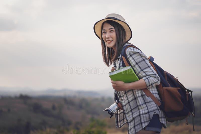 Touriste féminin avec le sac à dos et la caméra dans la campagne images stock