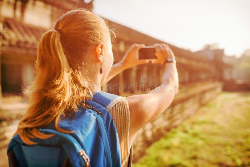 Touriste féminin avec le smartphone dans l'Angkor Vat, Cambodge photos libres de droits