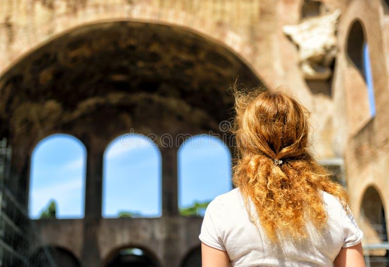 Touriste féminin devant la basilique de Maxentius et de Constan photo libre de droits
