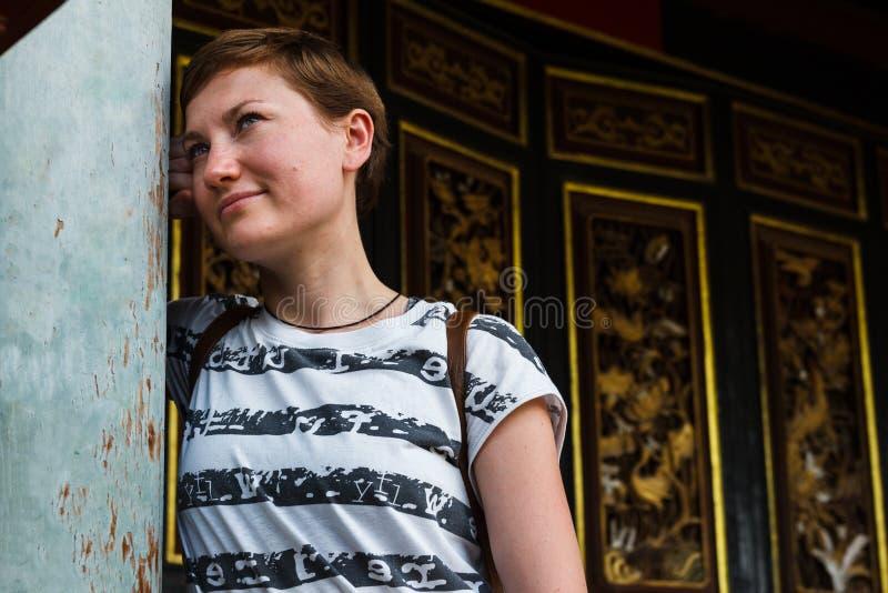 Touriste féminin en Chine avec l'architecture traditionnelle à l'arrière-plan photographie stock